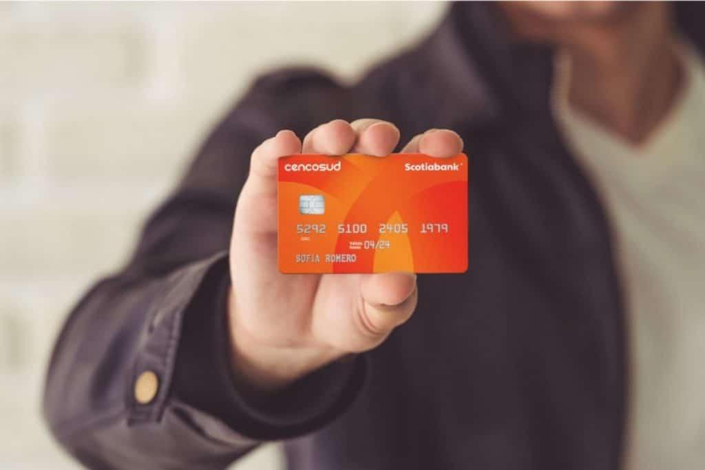 Cencosud condicionaría anulación de tarjetas en medio de crisis