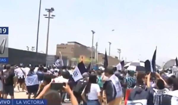 Hinchas de Alianza Lima causan disturbios en exteriores del Estadio Alejandro Villanueva en la previa de su debut en la Liga 1 2021