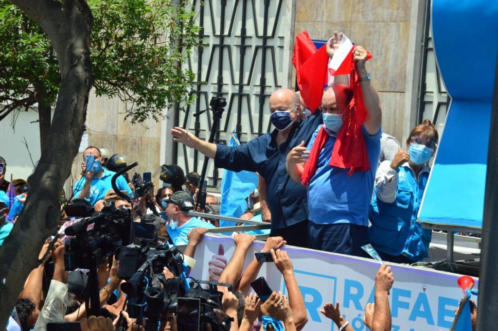 Hernando de Soto apoya a Rafael López Aliaga en protesta frente al JNE