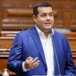 Franco Salinas, vocero de Acción Popular, advierte posible conflicto de interés en mandatario