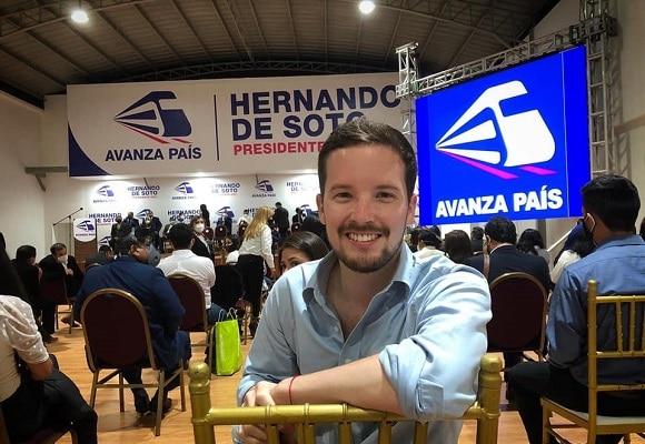 Virtual congresista Alejandro Cavero confirma que se vacunó en el extranjero y enciende las redes sociales