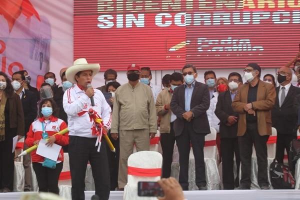 """Pedro Castillo promete revelar """"cuánto ganan los conductores de televisión y quién les paga"""""""
