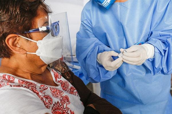 Vacunados aún deben usar dos mascarillas en sitios cerrados