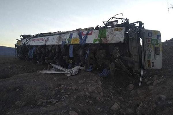 27 mineros mueren al caer ómnibus a abismo