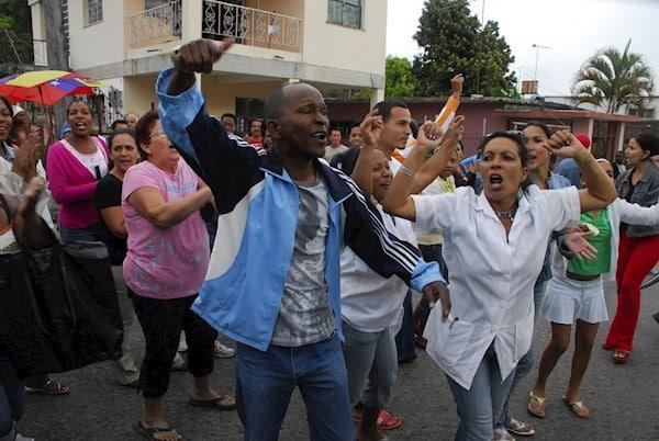 Cuba: cientos salen a protestar contra el Gobierno y sufren restricción del servicio de internet