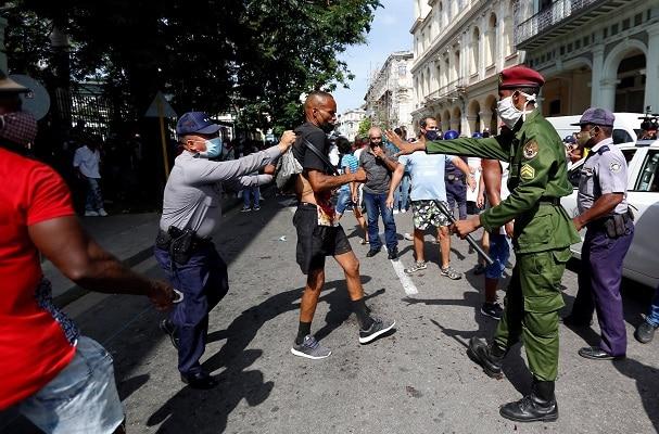 Cuba amanece sin internet móvil tras jornada de protestas masivas