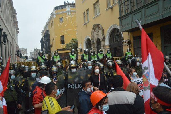 Simpatizantes de Fuerza Popular se enfrentaron a la PNP para llegar a Palacio de Gobierno