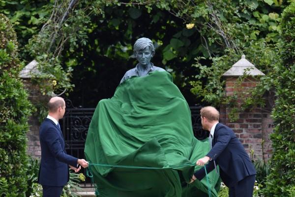 Lady Diana vuelve a unir a Guillermo y Enrique