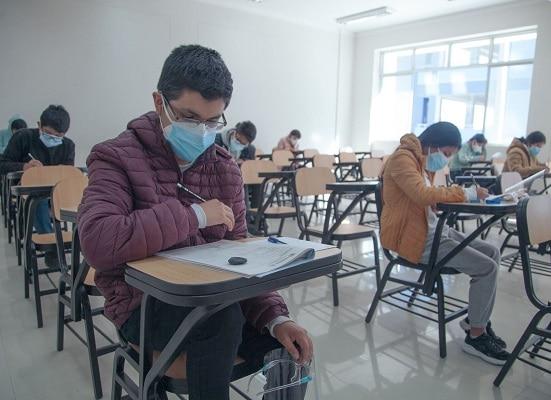 Contagios por covid-19 en colegio encienden las alarmas