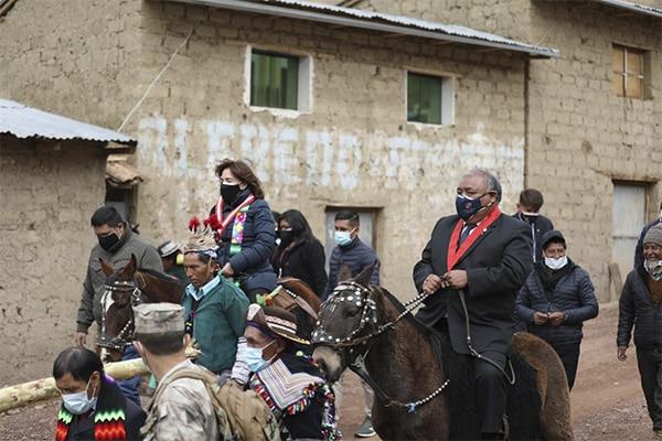 Elvia Barrios llega a caballo a lo Castillo