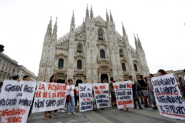 Italia suspende de empleo y sueldo a 420 sanitarios no vacunados contra la covid-19