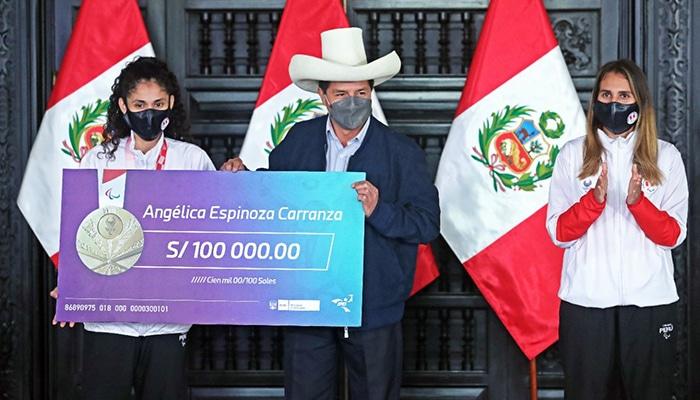Medallista paralímpica Angélica Espinoza recibió un cheque por S/ 100,000 de la mano de Pedro Castillo