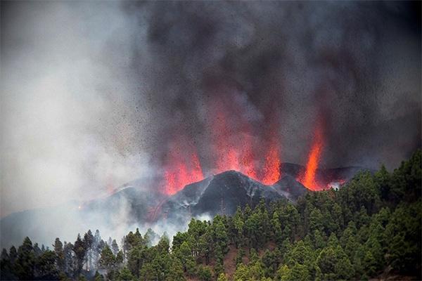 Volcán Cumbre Vieja en La Palma, Canarias, entra en erupción