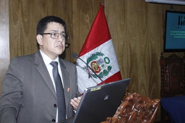 Fiscal investigado por presuntos delitos de corrupción dirigirá casos anticorrupción