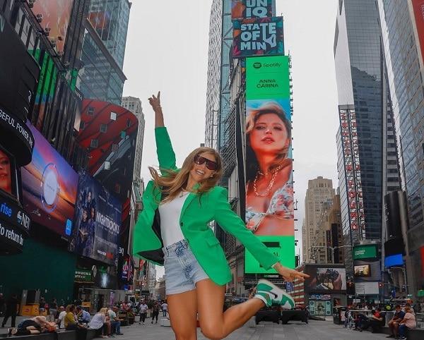 Anna Carina en Times Square
