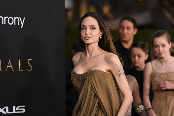Angelina Jolie borra tatuaje de Brad Pitt